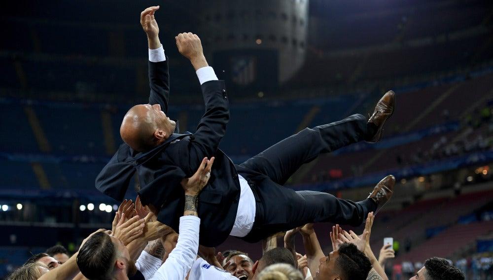 Zidane, manteado por sus jugadores en San Siro