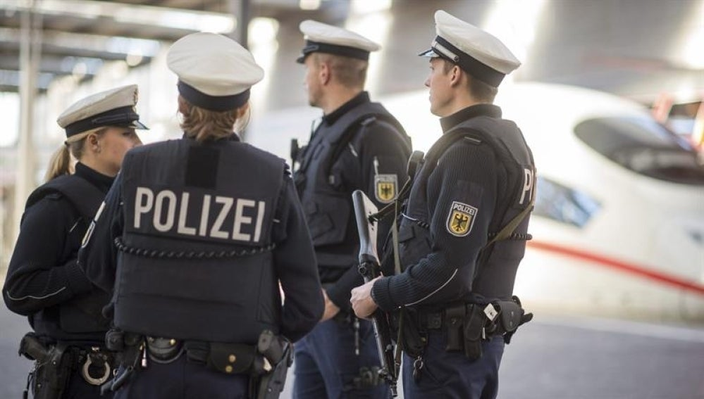 Policías alemanes patrullan por una estación de tren