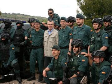 El escritor Lorenzo Silva, junto a guardias civiles del Grupo de Acción Rápida