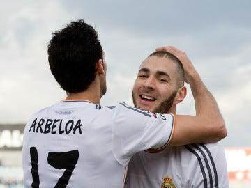 Arbeloa abraza a Benzema en un partido con el Real Madrid