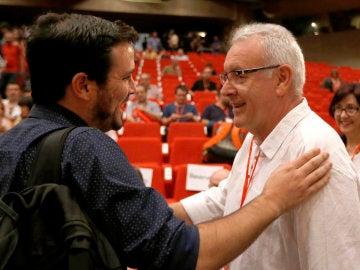 Cayo Lara y Alberto Garzón se saludan durante la despedida de Lara