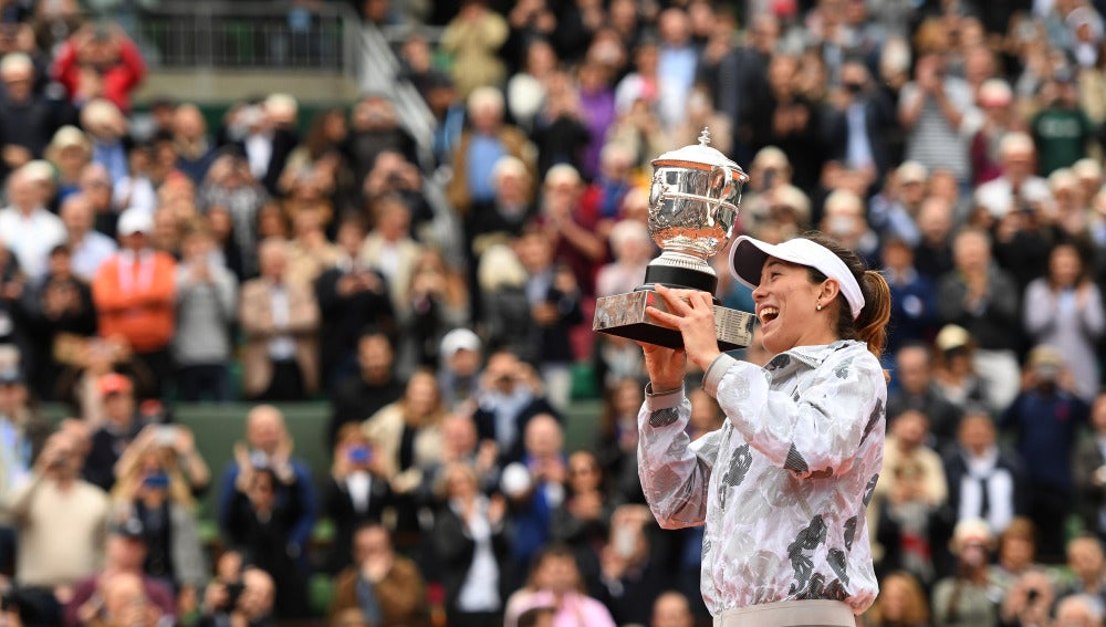 Garbiñe Muguruza levanta el torneo de Roland Garros
