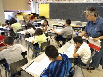 Niños haciendo un examen (archivo)