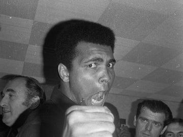 Muhammad Ali posa con su puño derecho cerrado y con su grito característico