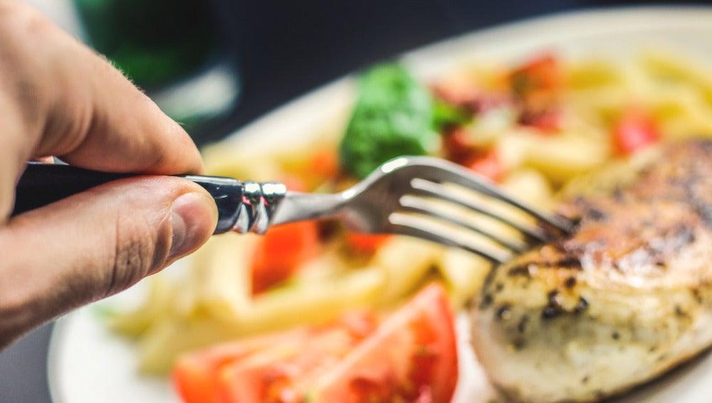 Comer con la mano 'mala' puede ayudar a adelgazar.