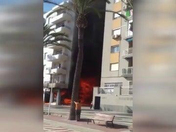 Frame 3.971438 de: Una niña resulta intoxicada por el humo de un incendio en Almería