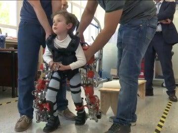 Frame 57.004117 de: Crean el primer exoesqueleto del mundo dirigido a niños con atrofia muscular espinal