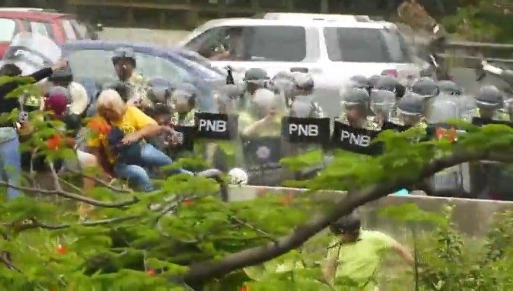 Frame 9.197775 de: La oposición reclama en la calle el referéndum revocatorio contra Maduro