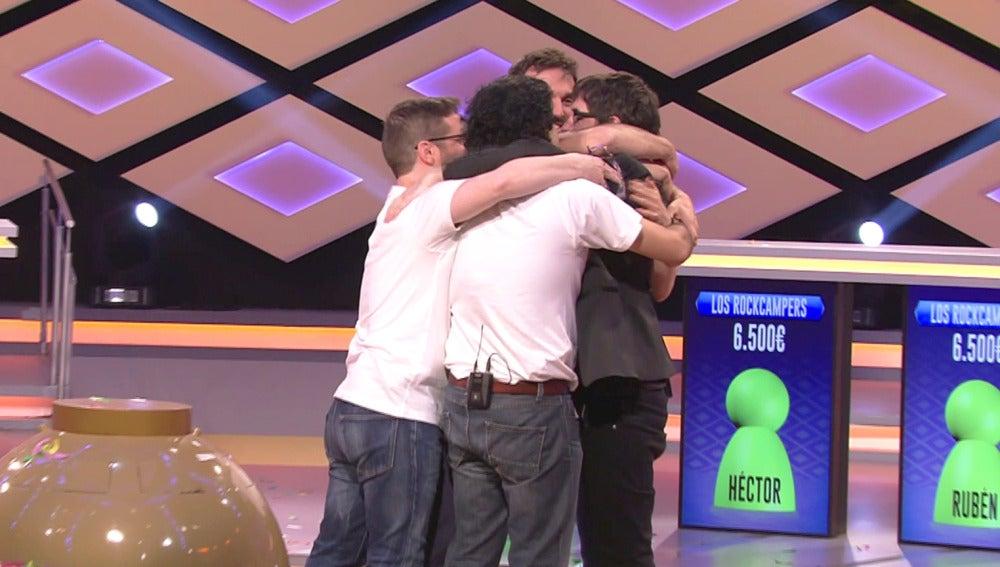 Emotiva despedida entre Juanra Bonet y los 'Rockcampers' tras ganar el premio en '¡Boom!'