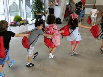 Niños entrando a clase