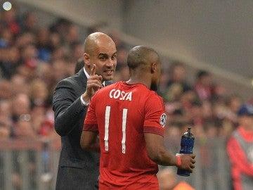 Guardiola da instrucciones a Douglas Costa durante un partido