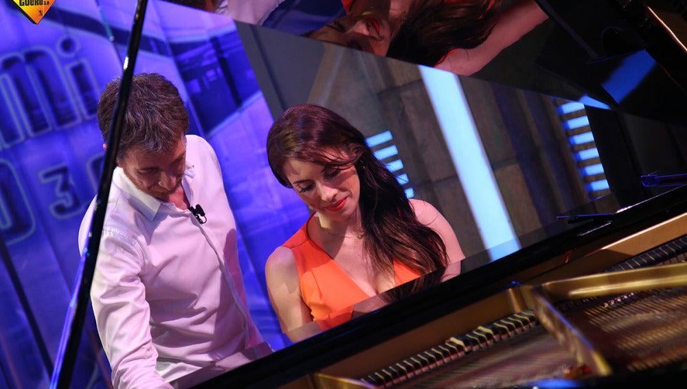 Así canta y toca el piano Pilar Rubio