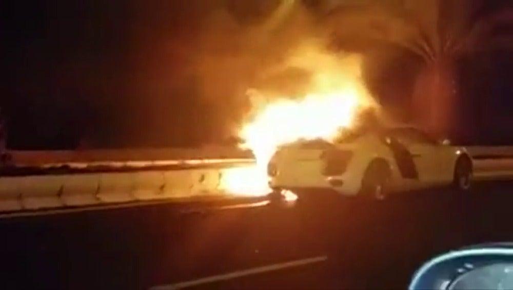 Frame 4.376746 de: Dos policías se estrellan cuando conducían un coche de gran cilindrada