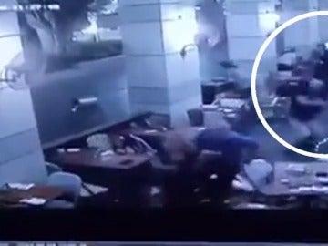 Frame 2.627522 de: Al menos cuatro muertos y seis heridos en un ataque con armas automáticas en un centro comercial de Tel Aviv