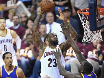 LeBron James 'levita' ante la defensa de Golden State para realizar un mate