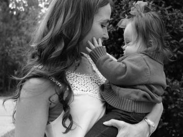 Courtney Baker posa junto a su hija.