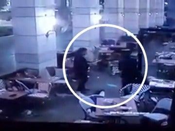 Frame 12.366559 de: Al menos cuatro muertos y seis heridos en un ataque con armas automáticas en un centro comercial de Tel Aviv