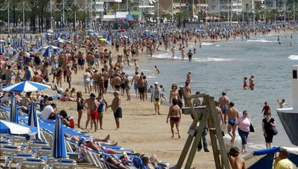 Bañistas en la playa de Benidorm