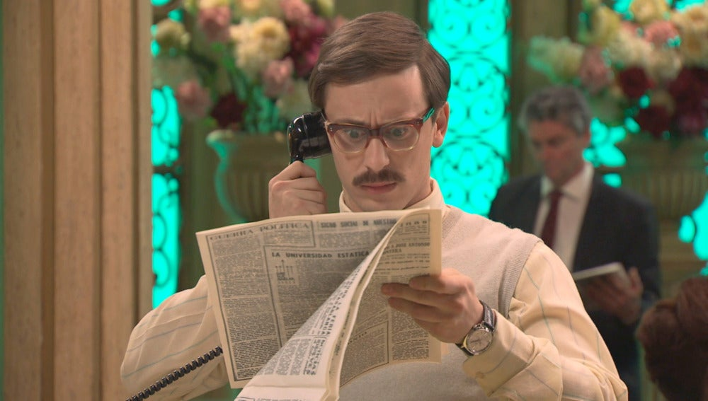 Mariano descubre una noticia falsa sobre él en el periódico
