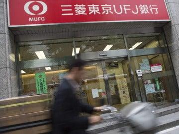 Un hombre pasea por una oficina del Mitsubishi Tokyo-UFJ.