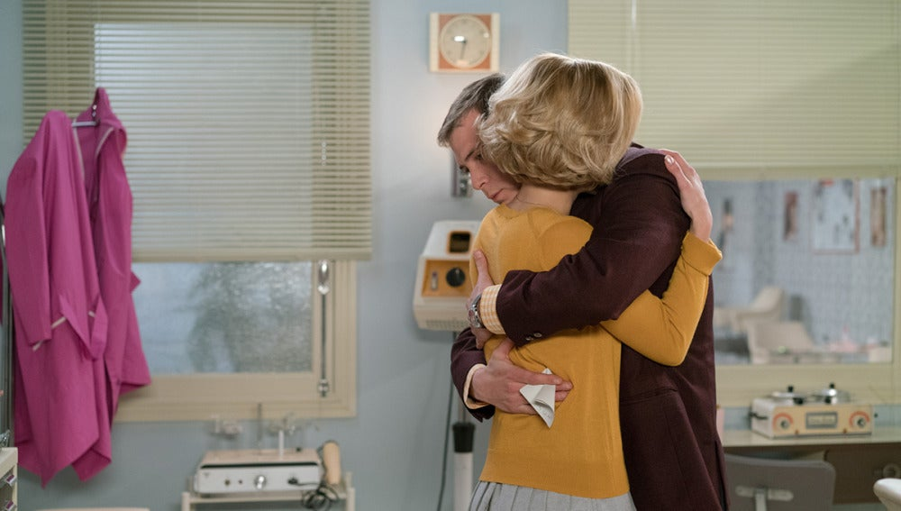 Carlota y Guillermo se abrazan