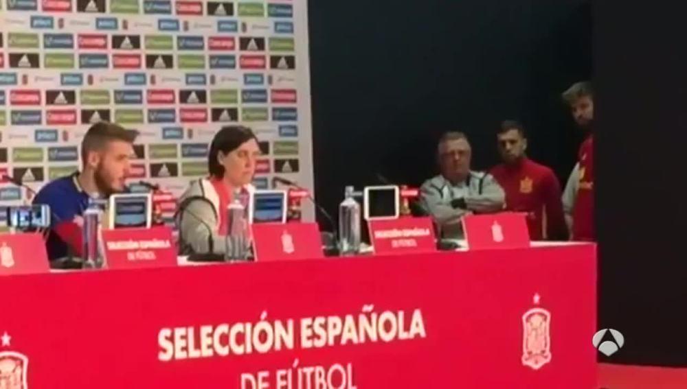 Alba y Piqué en la rueda de prensa de De Gea