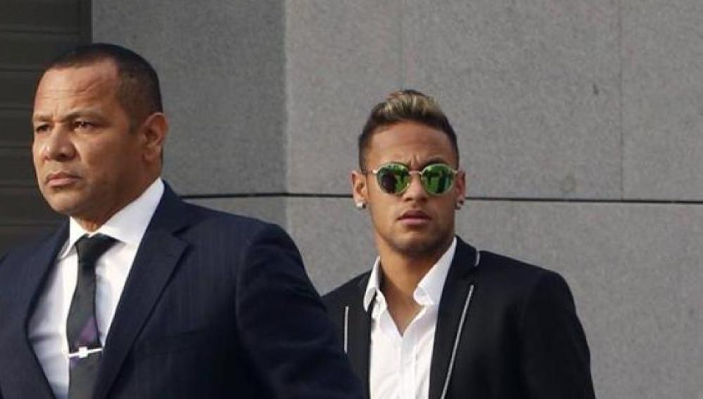 Neymar llega a la Audiencia, acompañado de su padre.