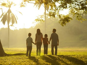 Una familia de espaldas