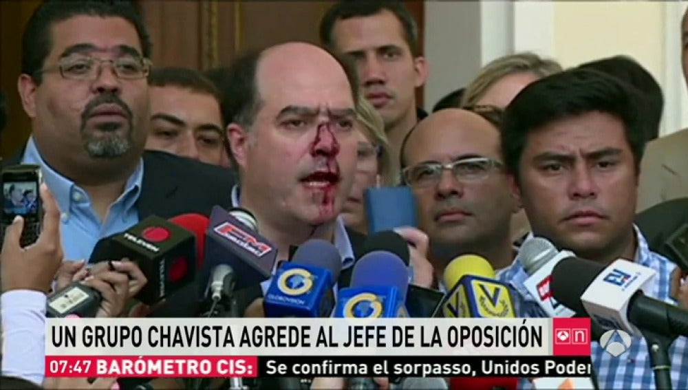 Julio Borges agredido por un grupo de chavistas