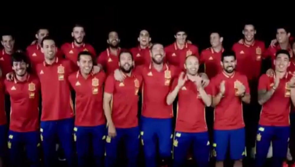 Los jugadores de la selección española cantan el himno de la España para la Eurocopa de Francia