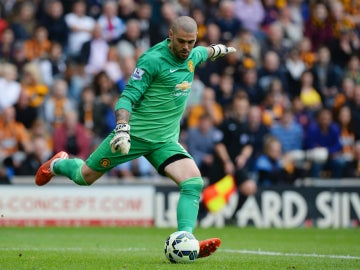 Valdés patea un balón con el Manchester United