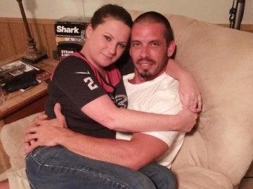 Jennifer Mulford posa junto a su novio.