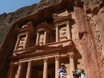Turistas pasean por el templo de Petra (Jordania).