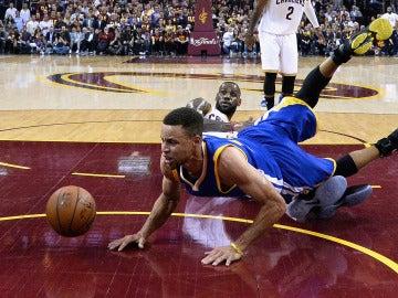 Stephen Curry y LeBron James, en el suelo