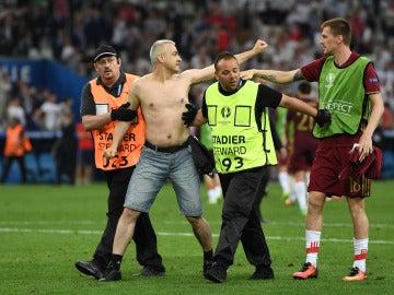 Un aficionado, retirado por efectivos de seguridad tras el Inglaterra - Rusia