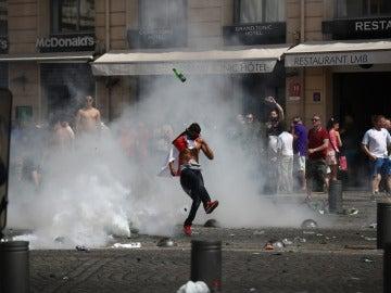 Un aficionado da una patada a una botella durante los altercados en Marsella