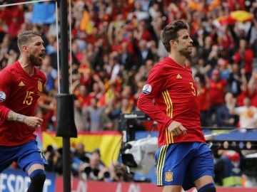 Piqué celebra su gol junto a Sergio Ramos