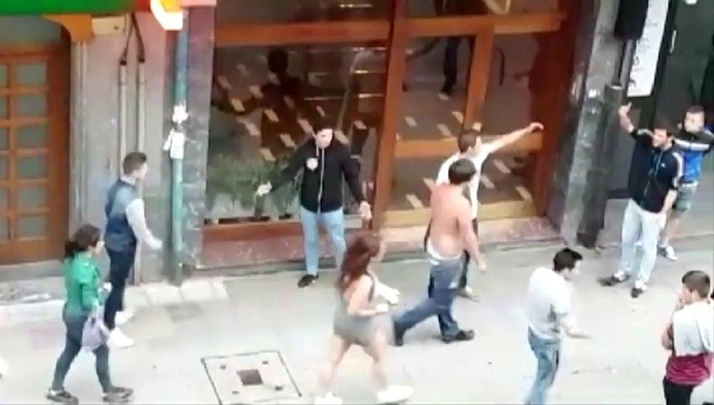 Frame 0.0 de: Multitudinaria pelea entre dos grupos de jóvenes en Getxo