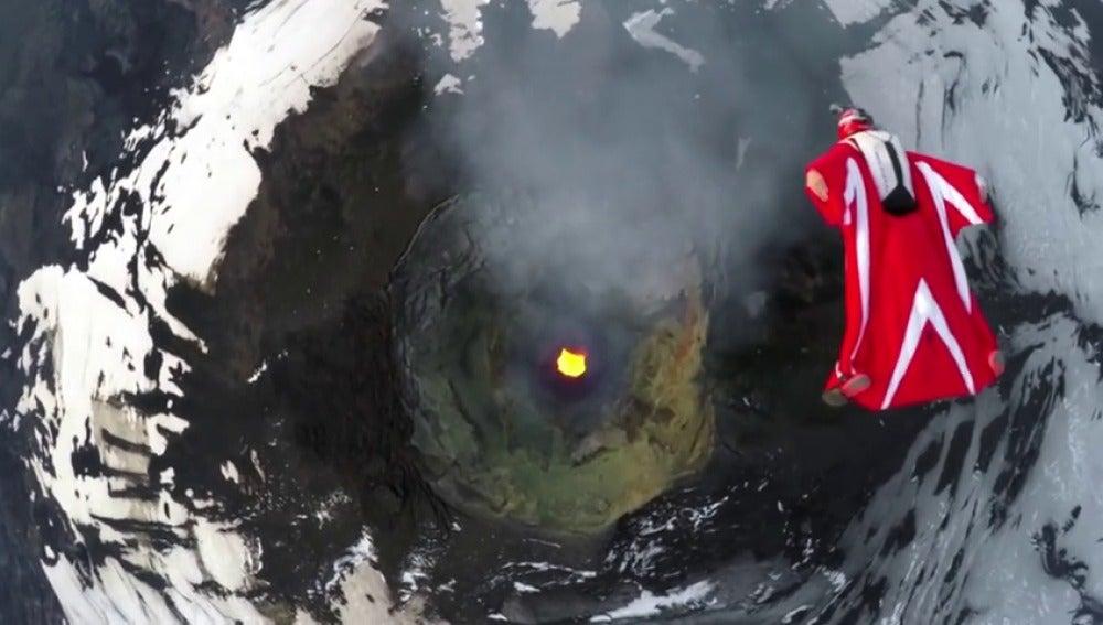 """Frame 35.74582 de: Impresionante vuelo de una """"mujer-pájaro"""" sobre un volcán chileno"""