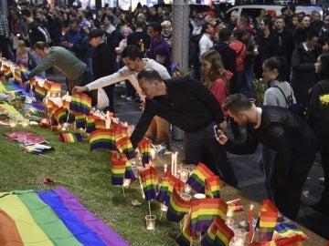 Varias personas en Sidney (Australia) participan en una vigilia en recuerdo a las víctimas de la matanza en una discoteca gay de Orlando