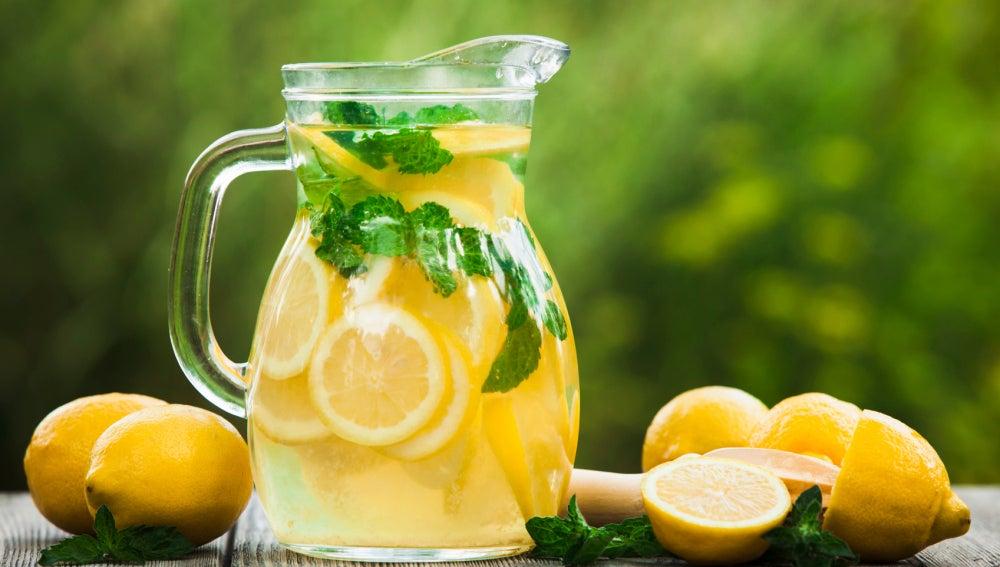 Mantente hidratado en verano sin sumar calorías con estas 5 refrescantes ideas