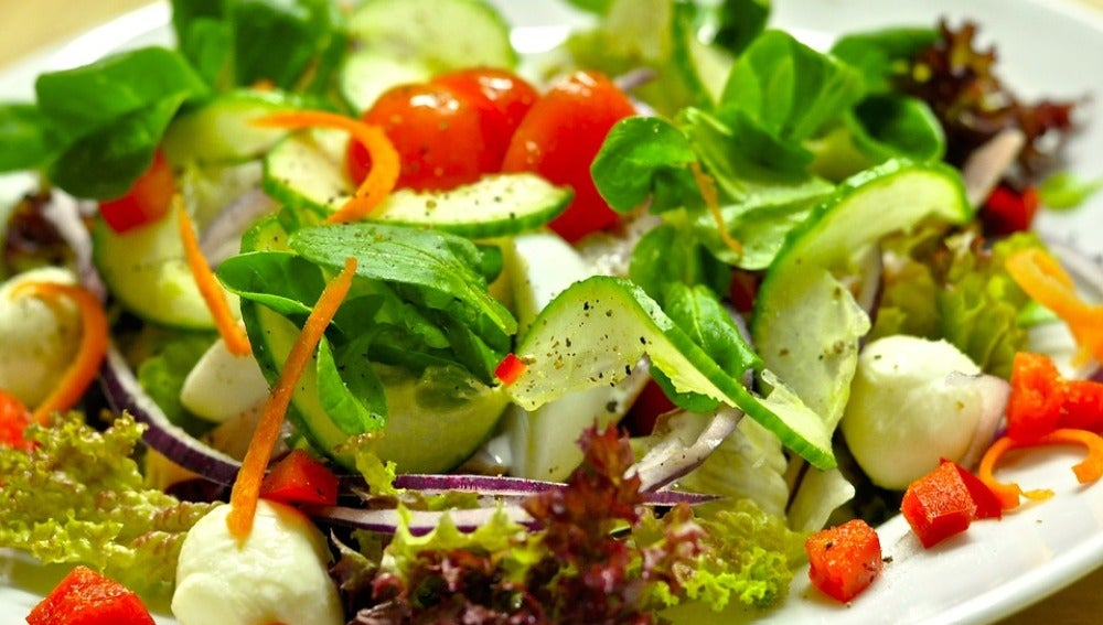 Una ensalada veraniega puede ayudar contra la retención.