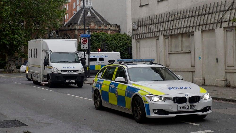 Coche de policía que traslada a Thomas Mair