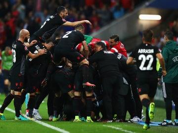 Los jugadores de Albania celebran un gol