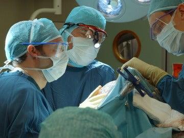 Médicos operando