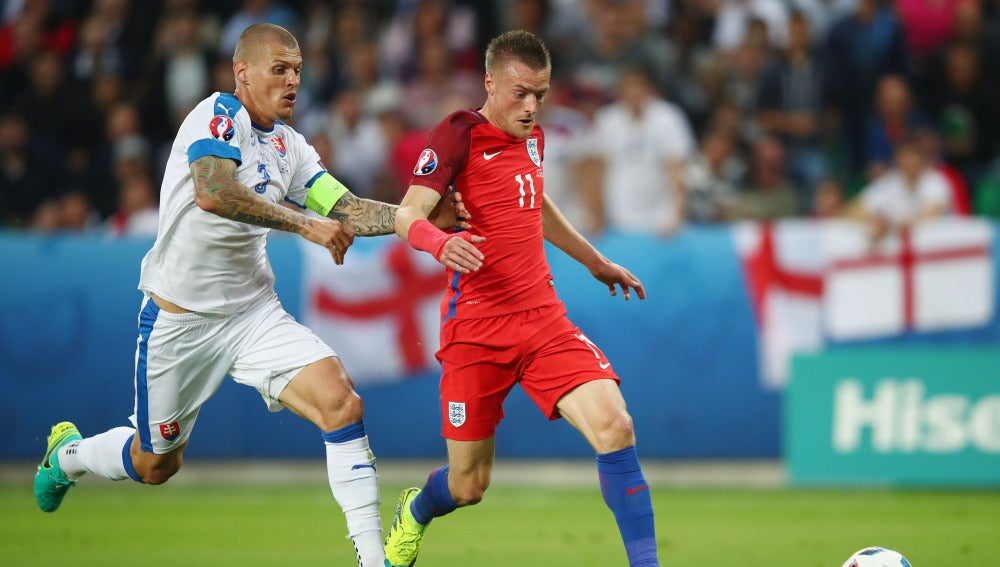 Vardy conduce un balón ante Eslovaquia