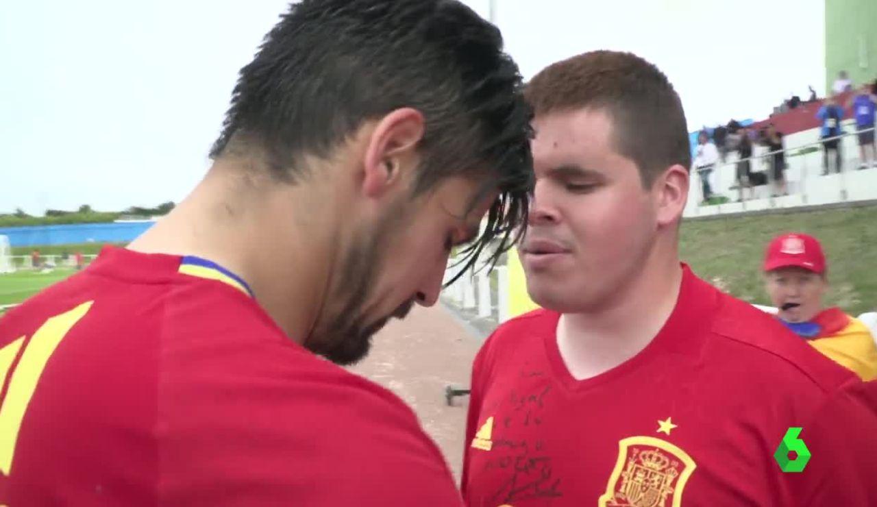 Nolito junto a Miguel, el aficionado y fan ciego del jugador