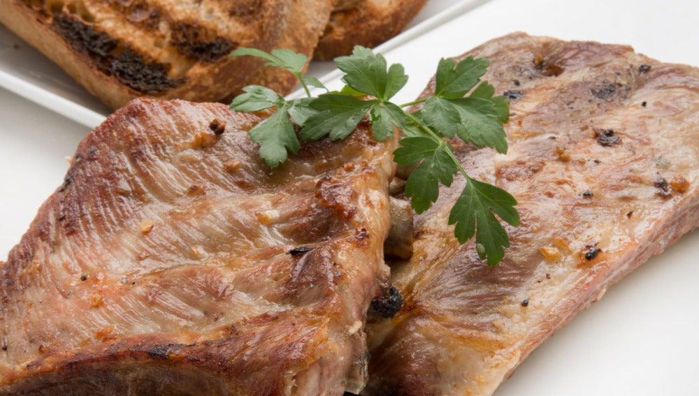 Costillas de cerdo con cebolletas caramelizadas al tomillo