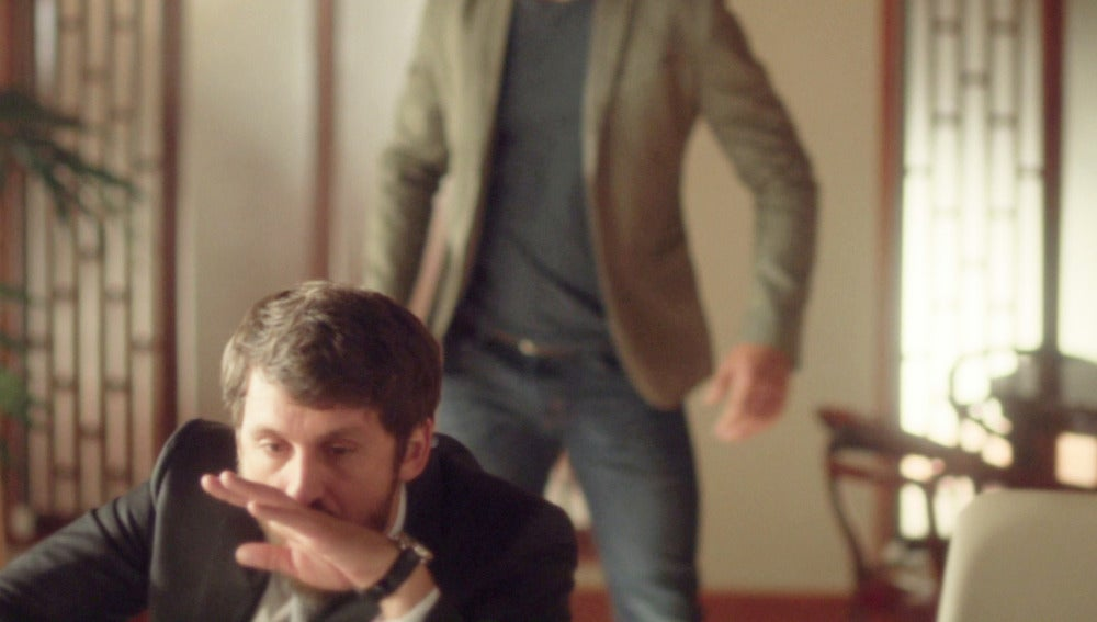 Roberto da un puñetazo a su hermano Eduardo