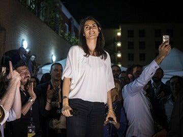 Virginia Raggi del Movimiento Cinco Estrellas se dirige a sus seguidores anoche en Roma